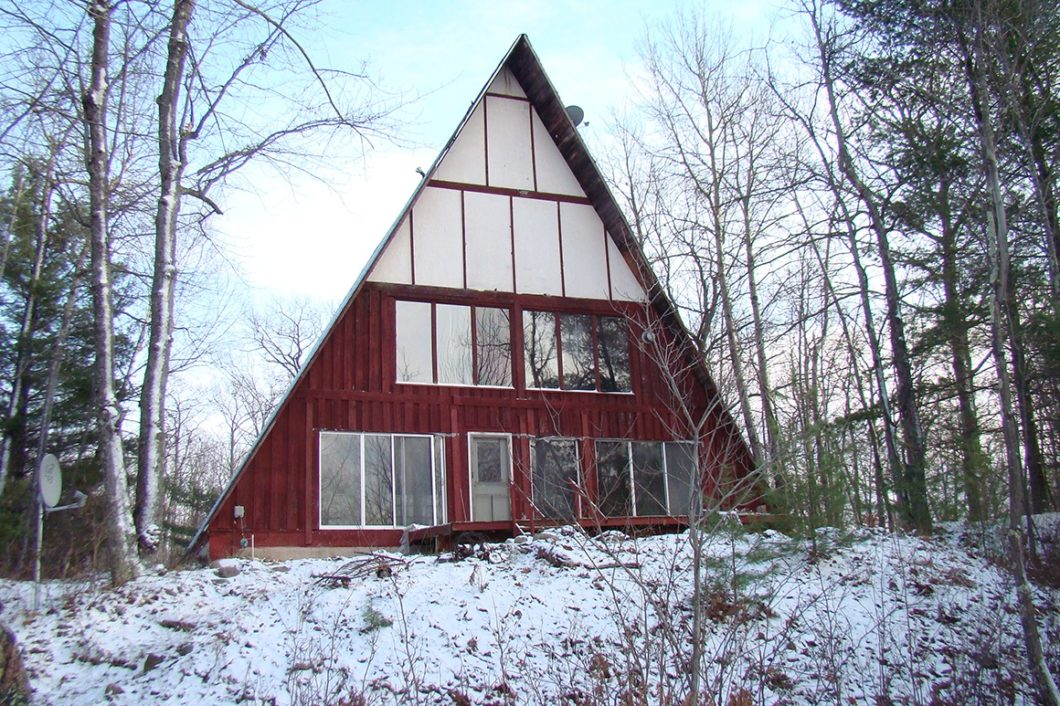 Northern Wisconsin Lakefront Chalet; A Handyman's Special!